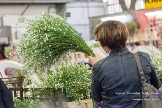 Anne-Riet Vugts al mercato dei fiori di Roma